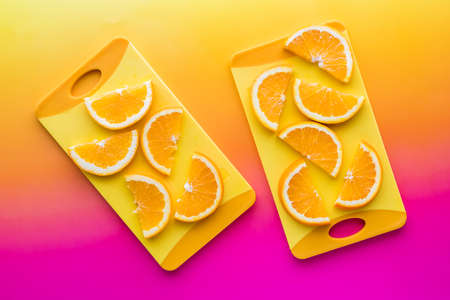 Navel oranges on yellow cutting boards against a bright background. 免版税图像