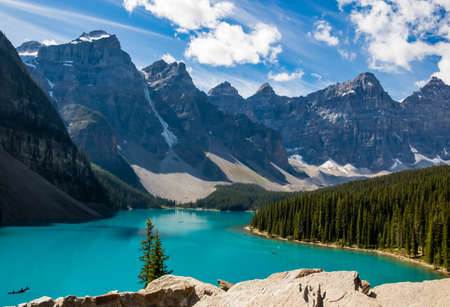 Scenic landscape view of the iconic Moraine Lake in Banff National Park in Canada 版權商用圖片