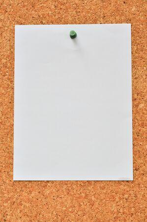 tack board: Pin de papel blanco de nota sobre placa de Cork