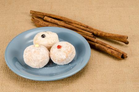 Afbeelding van donut bal in keramische schotel op bruine zak achtergrond