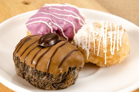 Beeld van doughnutbal in ceramische schotel op bruine zakachtergrond Stockfoto