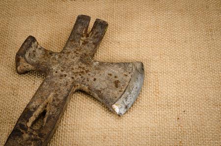 alabarda: Immagine di antica ascia di metallo su sfondo marrone sack Archivio Fotografico