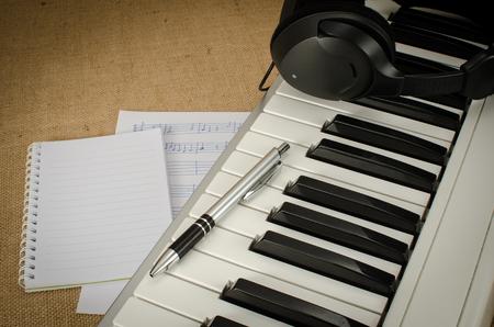 papier vierge: Une partie de clavier avec du papier et un stylo blanc Banque d'images