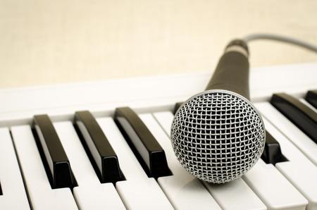 teclado de piano: Imagen del teclado con el micr�fono en el saco marr�n de fondo