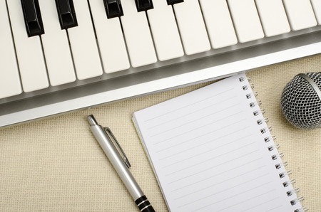 papier vierge: Part of keyboard with blank paper and pen