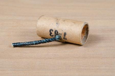 dinamita: Mini dinamita en el escritorio de madera Foto de archivo