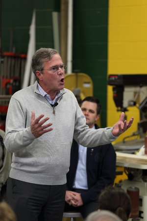Newton, Iowa, USA-December, 2015.  Jeb Bush speaks to potential voters Stock fotó - 51660258