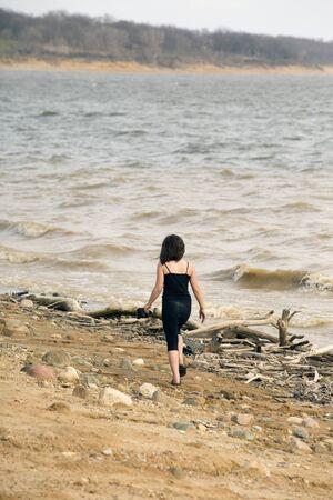 Jong meisje lopen op het strand