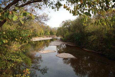 マーク·トウェインの森、南西部、ミズーリ州の川の横の風景、秋には空、木、秋の葉、反射、および砂のバーを備えています