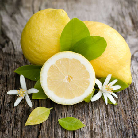 slices of lemon: Fresh lemons