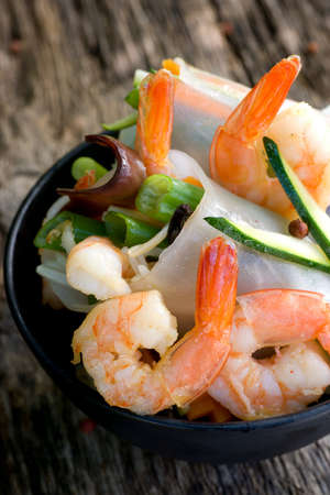 rice paper: Scampi with spring rolls