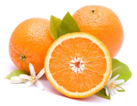 vitamina a: Naranjas sobre fondo blanco
