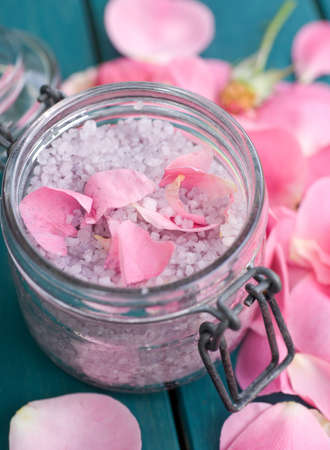 Bath salt with roses Stock Photo - 14929971