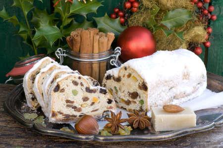 weihnachtskuchen: Christstollen mit verschiedenen Zutaten