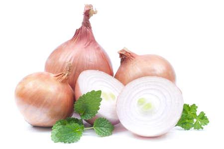 onions: Cebollas frescas sobre fondo blanco