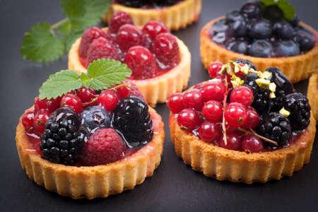 trozo de pastel: Pastel de dulce con frutas
