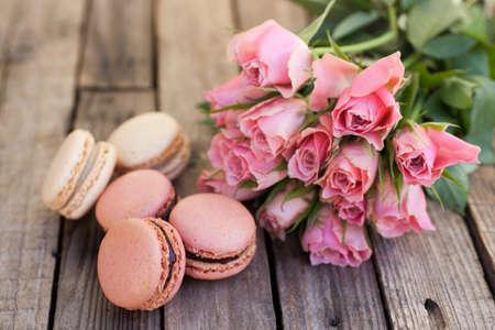 Macarons, roses