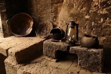 candil: Cocina antigua con l�mpara antigua, olla, plato y cocina