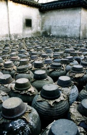 sake: Antigua destiler�a de China sake (licor de arroz) en la aldea de Wuzhen en China.