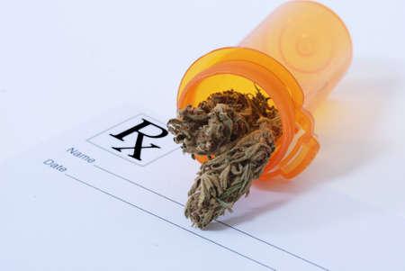 Cannabis flower in pill bottle 版權商用圖片