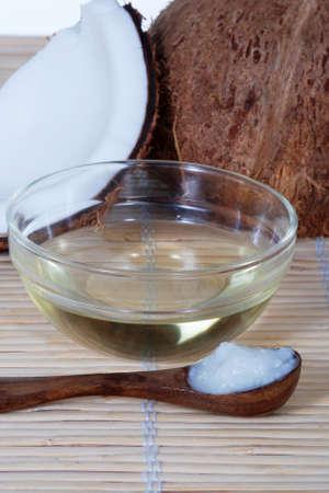 aceite de coco: El aceite de coco sobre una estera de bambú