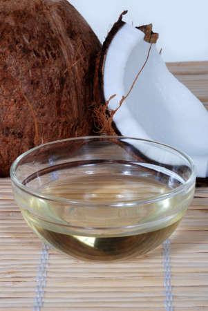 aceite de coco: El aceite de coco sobre una estera de bamb�
