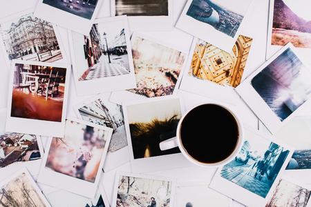Een mok met koffie ertussen Stockfoto