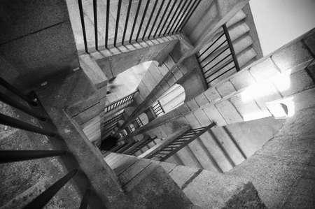 Un escalier en noir et blanc avec des ombres et lumière