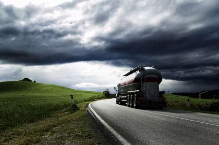 白いトラック道路上を走行します。