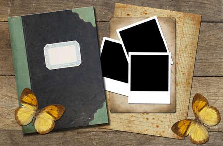 scrap: Un livre avec des documents, des photos et des papillons Banque d'images