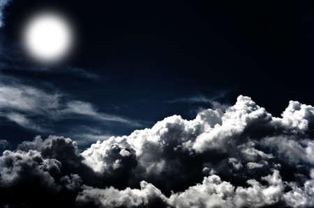 Immagine di un cielo nuvoloso scuro con la luna