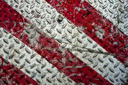 Sfondo della piastra vecchio diamante in metallo nei colori rosso e bianco