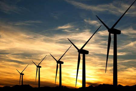 夕焼けの空にいくつかの風タービンのシルエット 写真素材 - 13129923