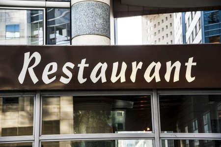 devanture: Signboard par l'entr�e dans le restaurant Paris France