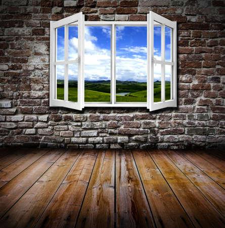 ventana abierta interior: Una ventana abierta en una sala de grunge