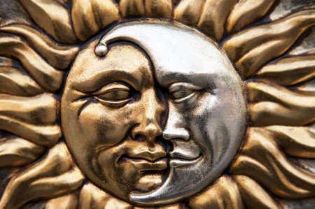 zon maan: Gouden zon en de zilveren maan in hetzelfde symbool Stockfoto