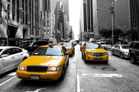 taxi: Taxi amarillo en un Negro y blanco de Nueva York Editorial