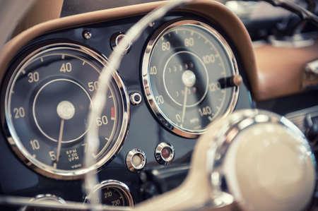 vehiculo antiguo: Cerca de un salpicadero de un coche de �poca Foto de archivo