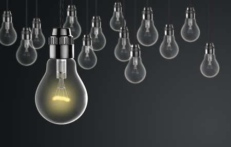 focos de luz: bombillas de luz sobre un fondo oscuro Foto de archivo