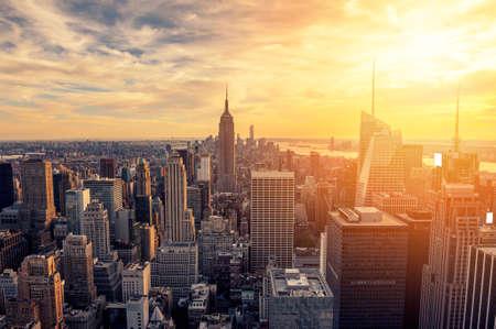 New York City skyline met stedelijke wolkenkrabbers bij zonsondergang.