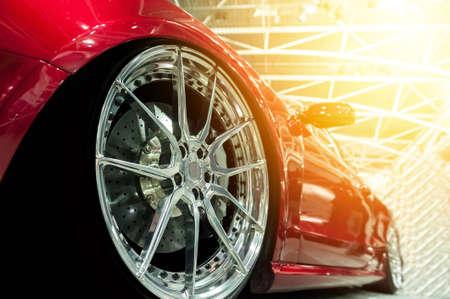 Voorkant van een generieke rode sportwagen in zonlicht Stockfoto