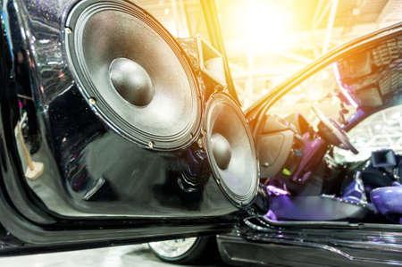 equipo de sonido: Altavoces de un automóvil deportivo en la luz del sol