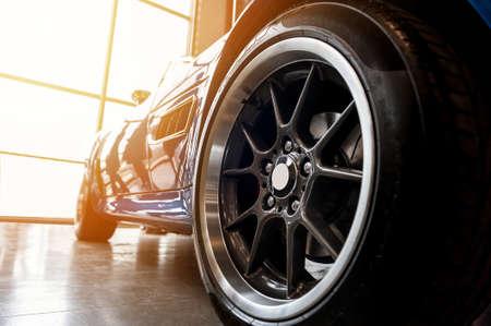 Achterkant van een generieke blauwe sportwagen in zonlicht Stockfoto