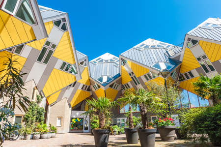 Beautiful square inside yellow cube houses in Rotterdam, Netherlands Stockfoto - 104492796