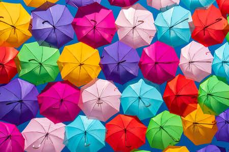 Regenboogparaplu op hemelachtergrond