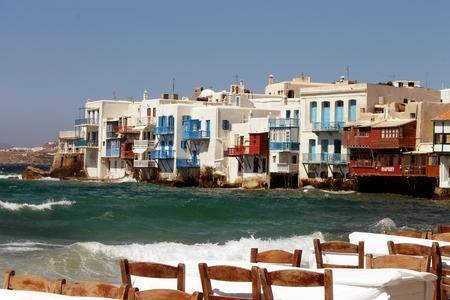 mares: Isla griega con los mares y tablas �speras Foto de archivo