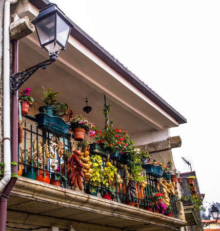 Onion, garlic, maize and flowers in a balcony. Combarro, Pontevedra, Galicia, Spain. Archivio Fotografico