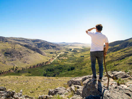 Joven excursionista mirando la vista en el Cerro Bahía Blanca, Sierra de la Ventana, Buenos Aires, Argentina. Foto de archivo