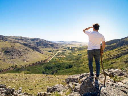 Young hiker looking at the view in Cerro Bahía Blanca, Sierra de la Ventana, Buenos Aires, Argentina. Banque d'images