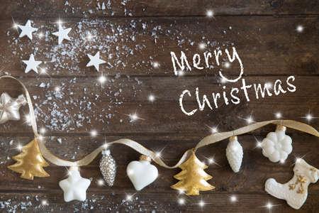 Biglietto di auguri di Natale con decorazioni natalizie, neve, luci e stelle su sfondo di legno marrone